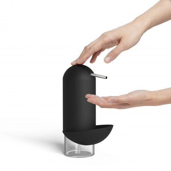 1008156 040 penguin caddy soap pump black 02 Марка: Umbra HK Limited <br />Модел: UMBRA 1008156-040<br />Доставка: 2-4 работни дни<br />Гаранция: 2 години