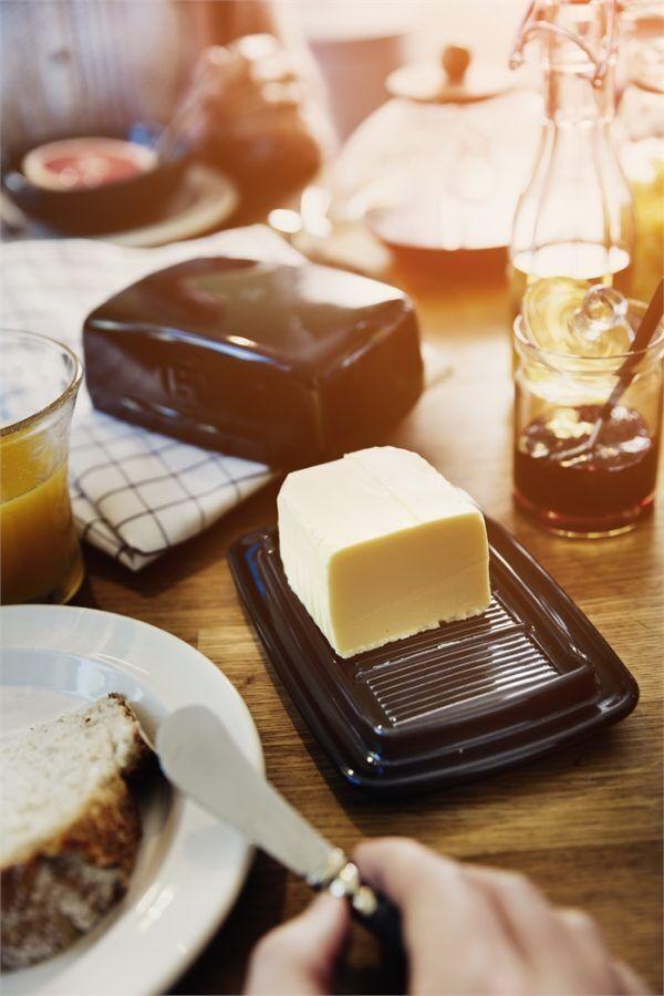 eh 0225 life beurrier butterdish breakfast v 3 Марка: Emile Henry <br />Модел: EH 0225-95<br />Доставка: 2-4 работни дни<br />Гаранция: 2 години